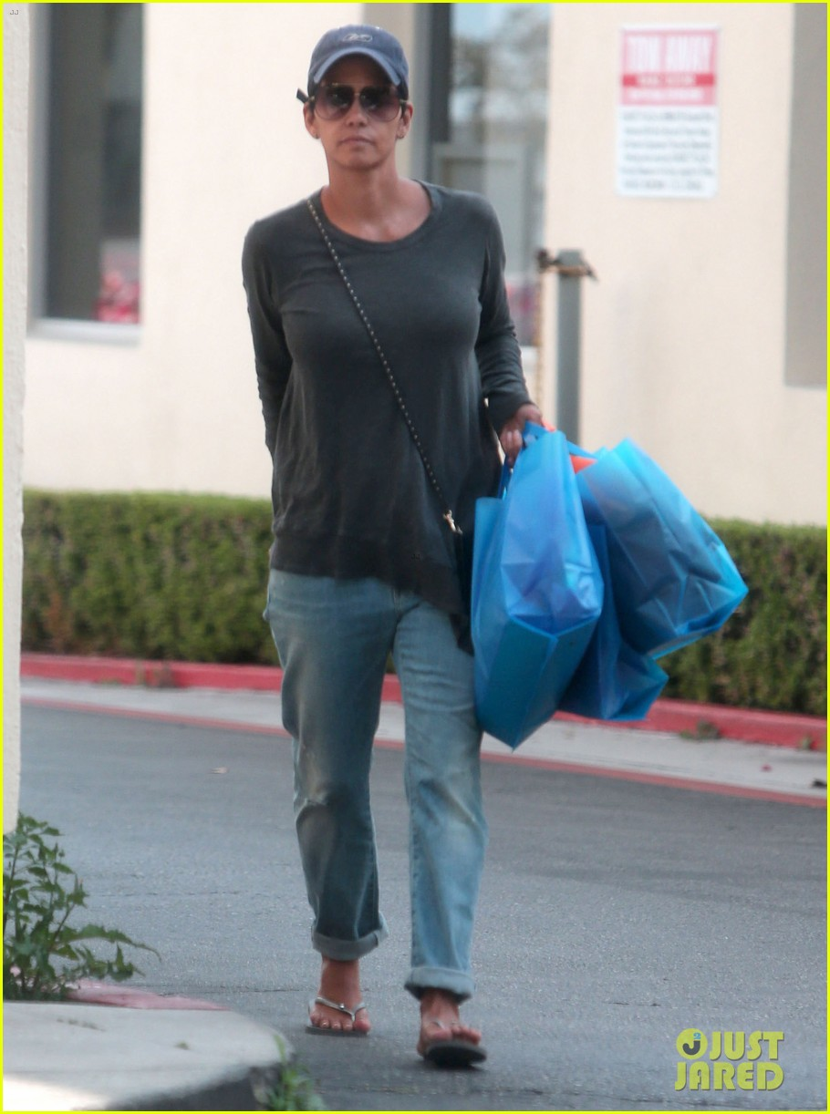 halle berry sued by homeless woman 07