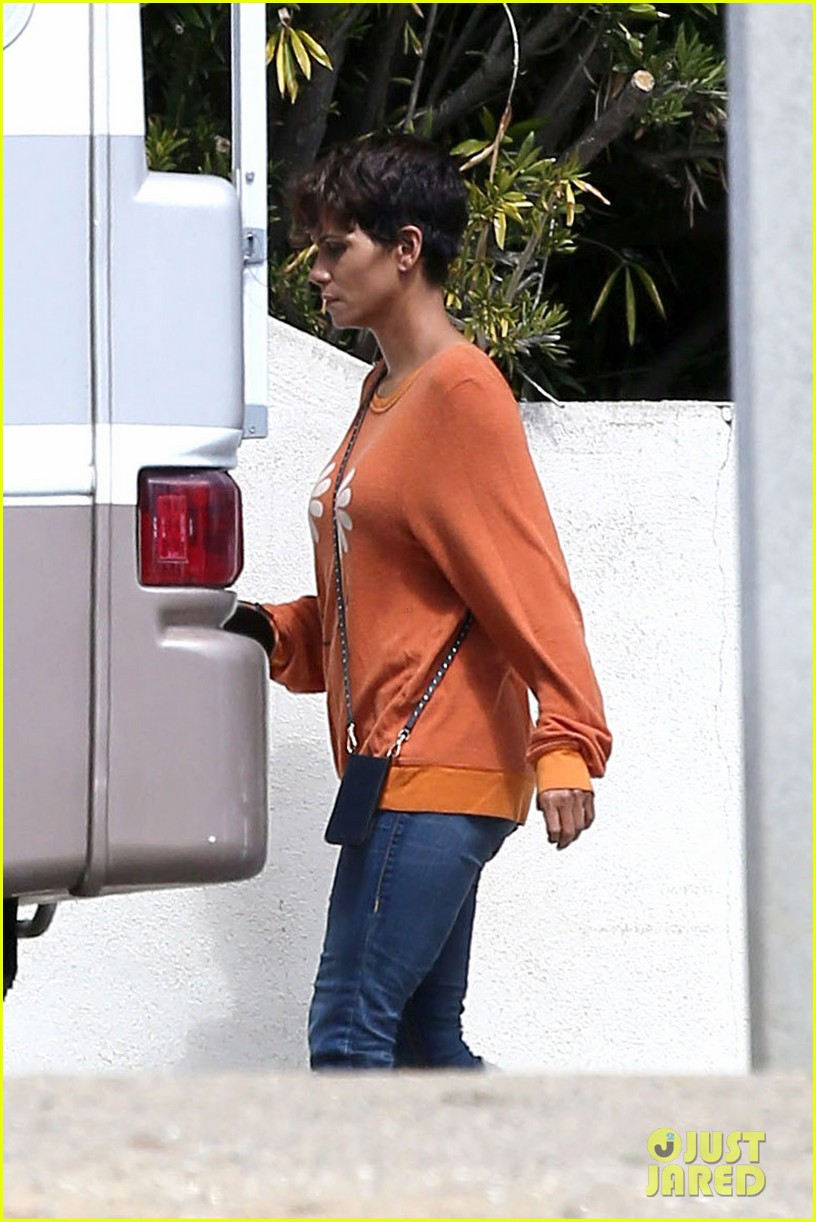 halle berry releases heartfelt statement about revlon walk 03