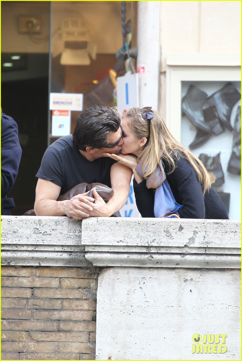 josh brolin kisses cuddles his new girlfriend assistant kathryn boyd 033065859