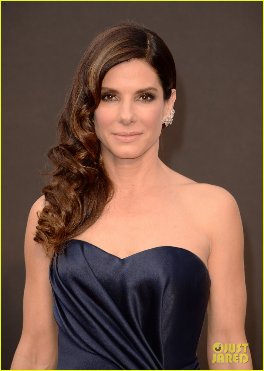 sandra bullock gravitates to the oscars 2014 red carpet 03