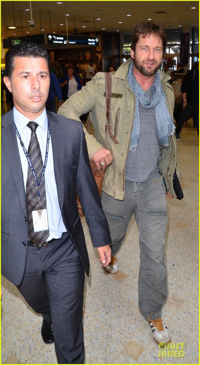 gerard butler is surrounded by security at sydney airport 13