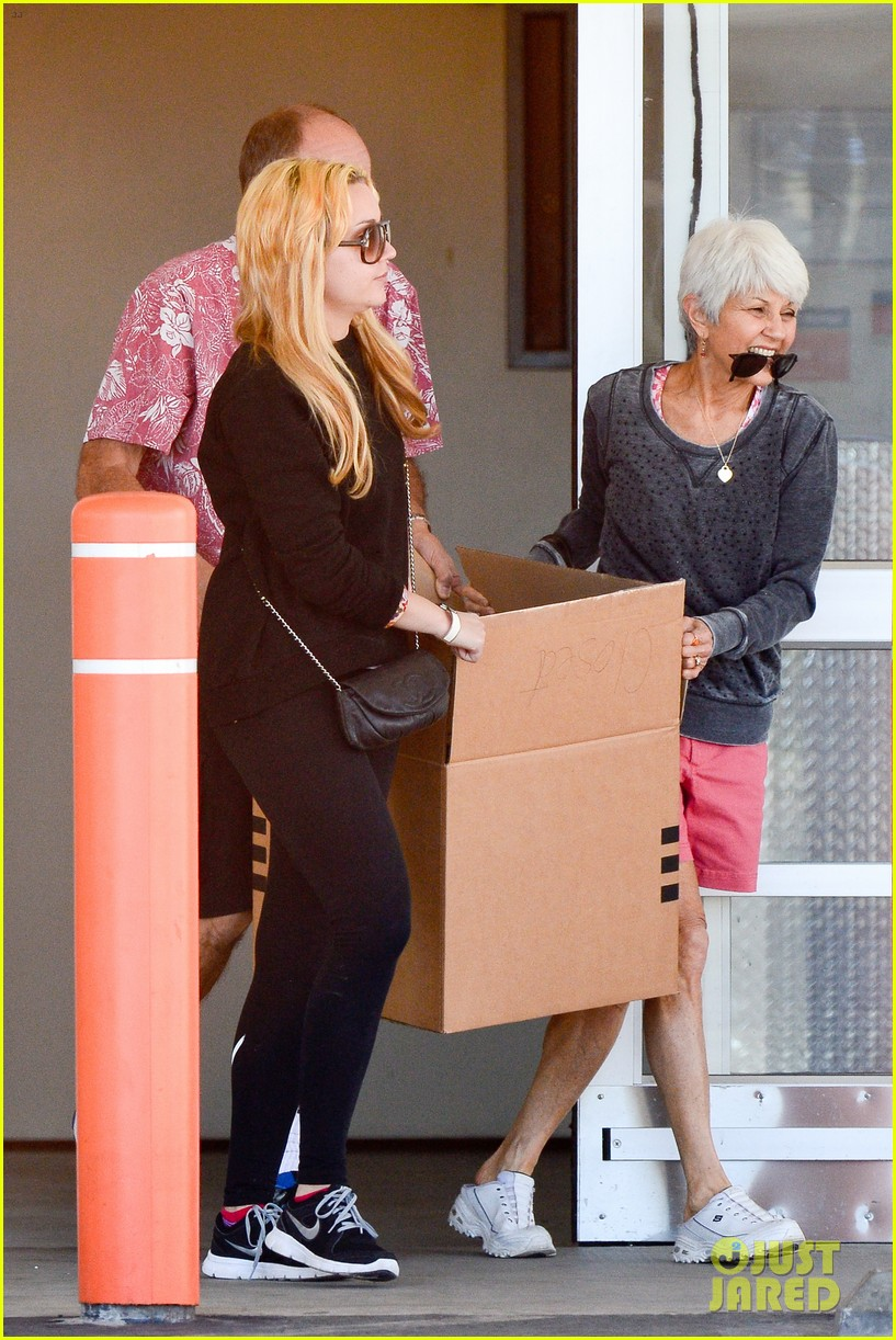 amanda bynes her parents pack up boxes at storage facility 103069032