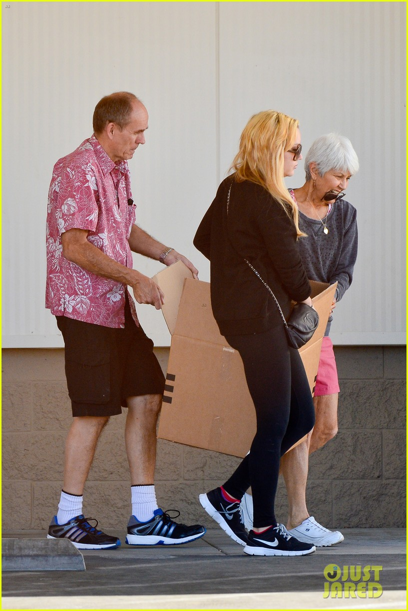 amanda bynes her parents pack up boxes at storage facility 15
