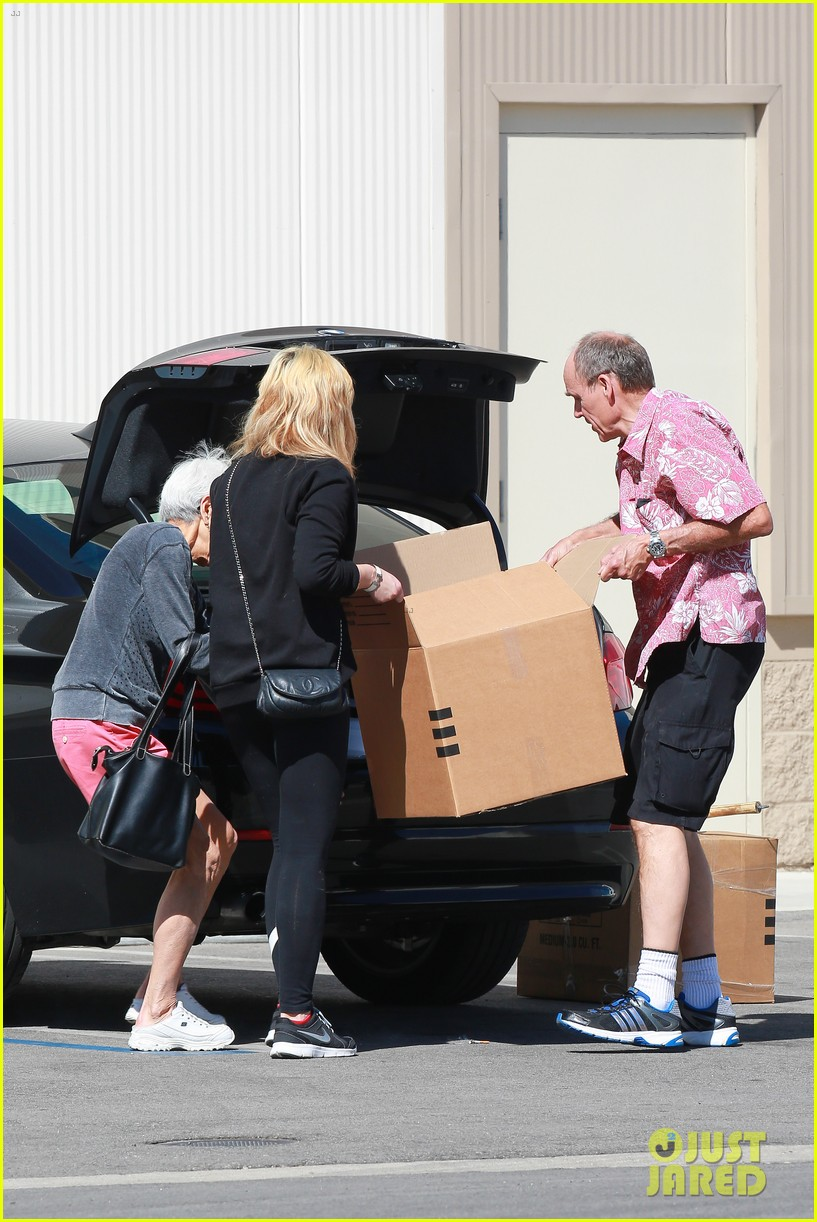 amanda bynes her parents pack up boxes at storage facility 243069046