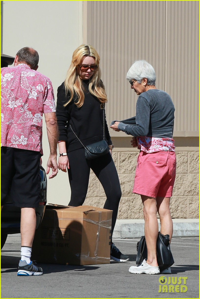 amanda bynes her parents pack up boxes at storage facility 28