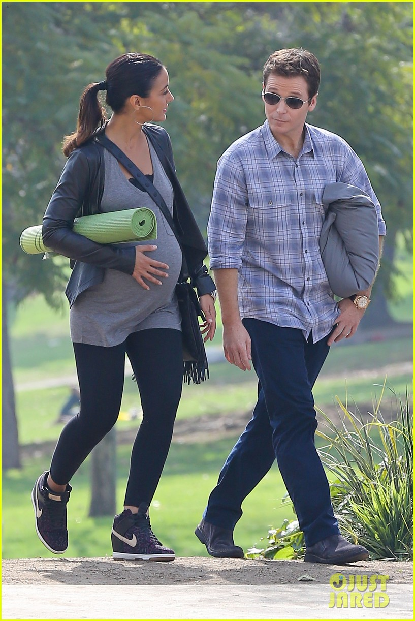 emmanuelle chriqui wears fake baby bump on entourage movie set 053066644