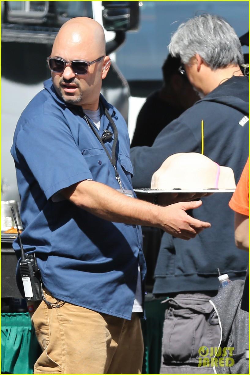 emmanuelle chriqui wears fake baby bump on entourage movie set 20