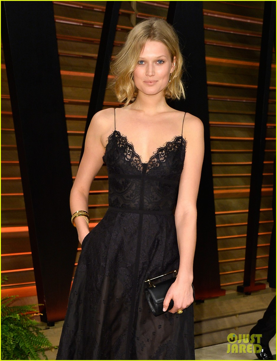 leonardo dicaprios girlfriend toni garrn joins him for oscars after party 073064869