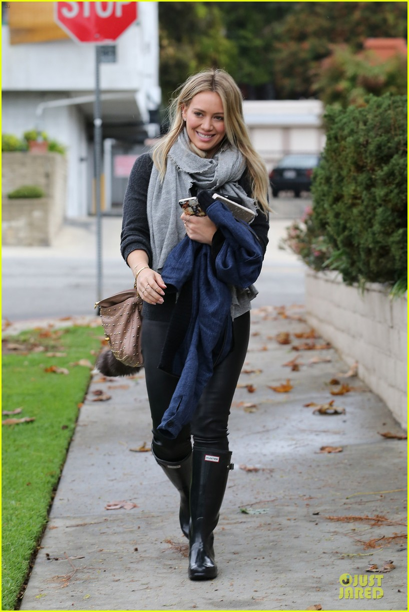 hilary duff gets pretty flowers from someone who loves her 103062694
