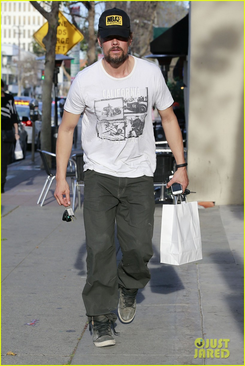 josh duhamel shows off his scruffy beard during shopping trip with fergie 013068758