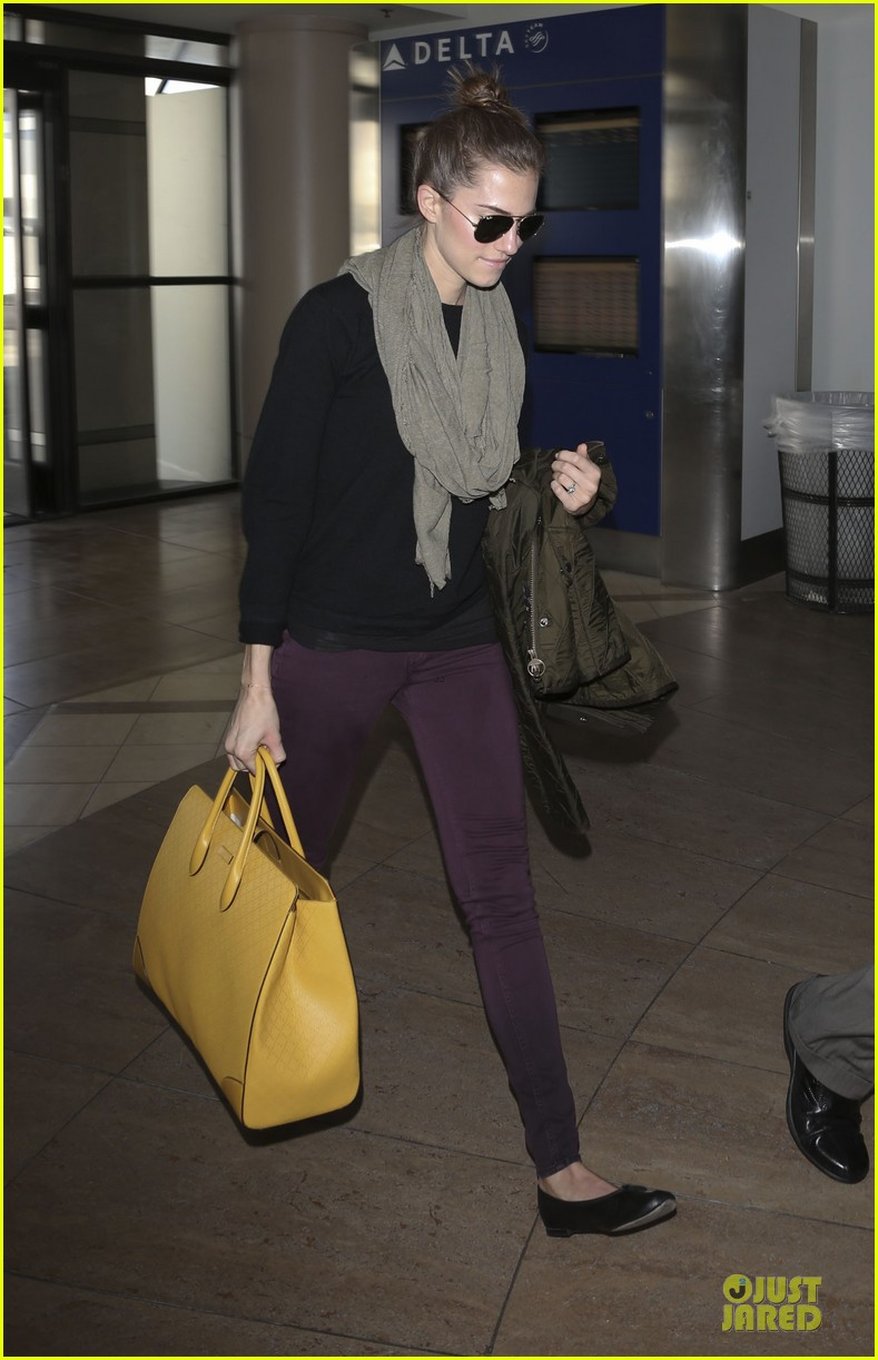 lena dunham allison williams fly out of lax 083072438