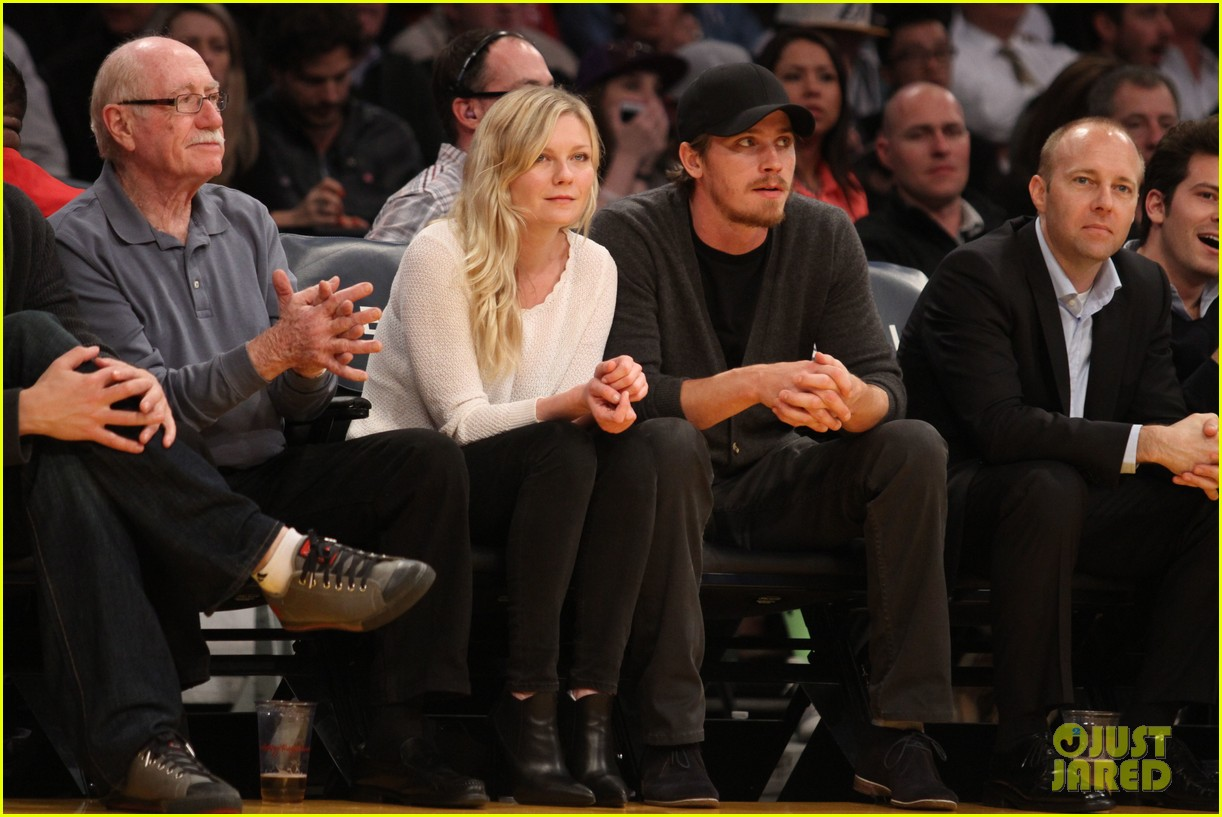 kirsten dunst garrett hedlund date night at the lakers 033066435