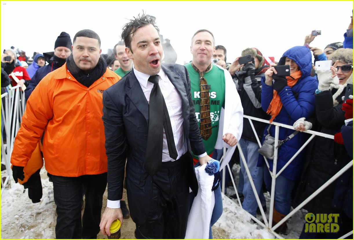 jimmy fallon takes the polar plunge in chicago 02