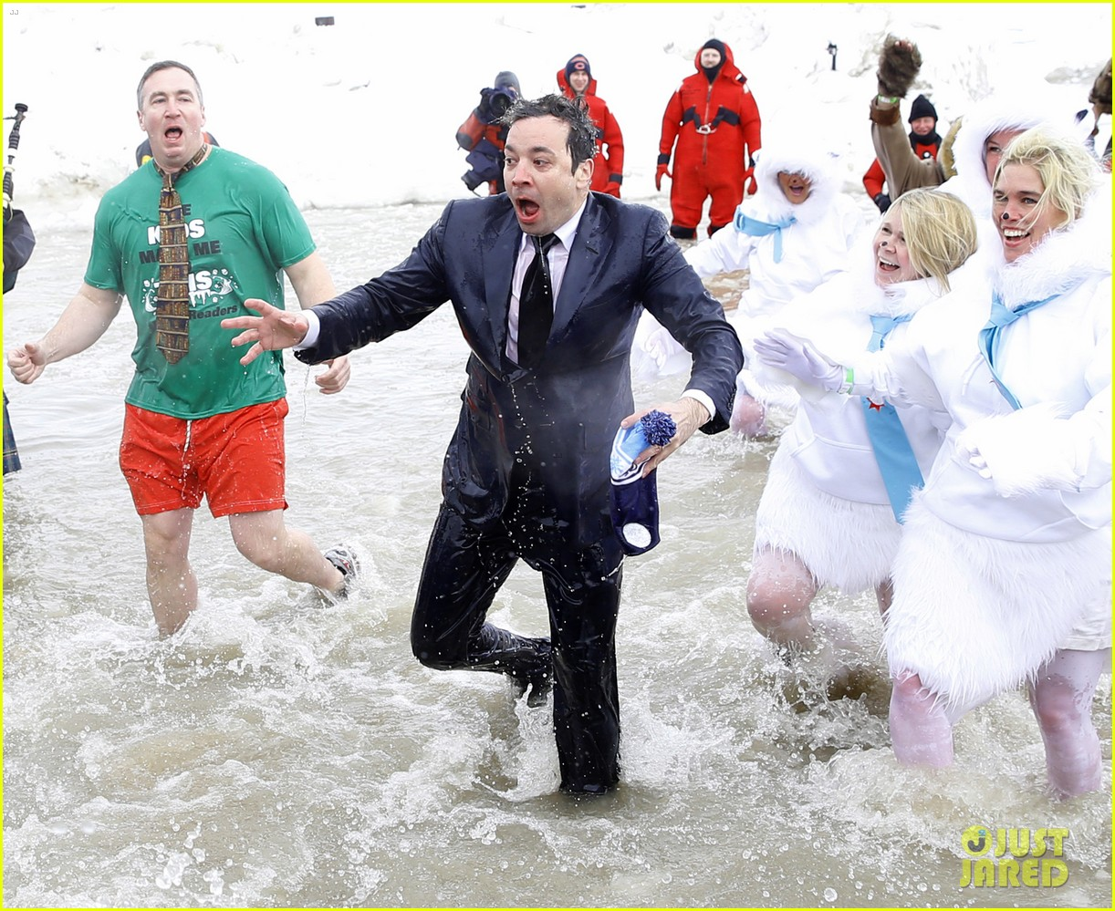 jimmy fallon takes the polar plunge in chicago 10