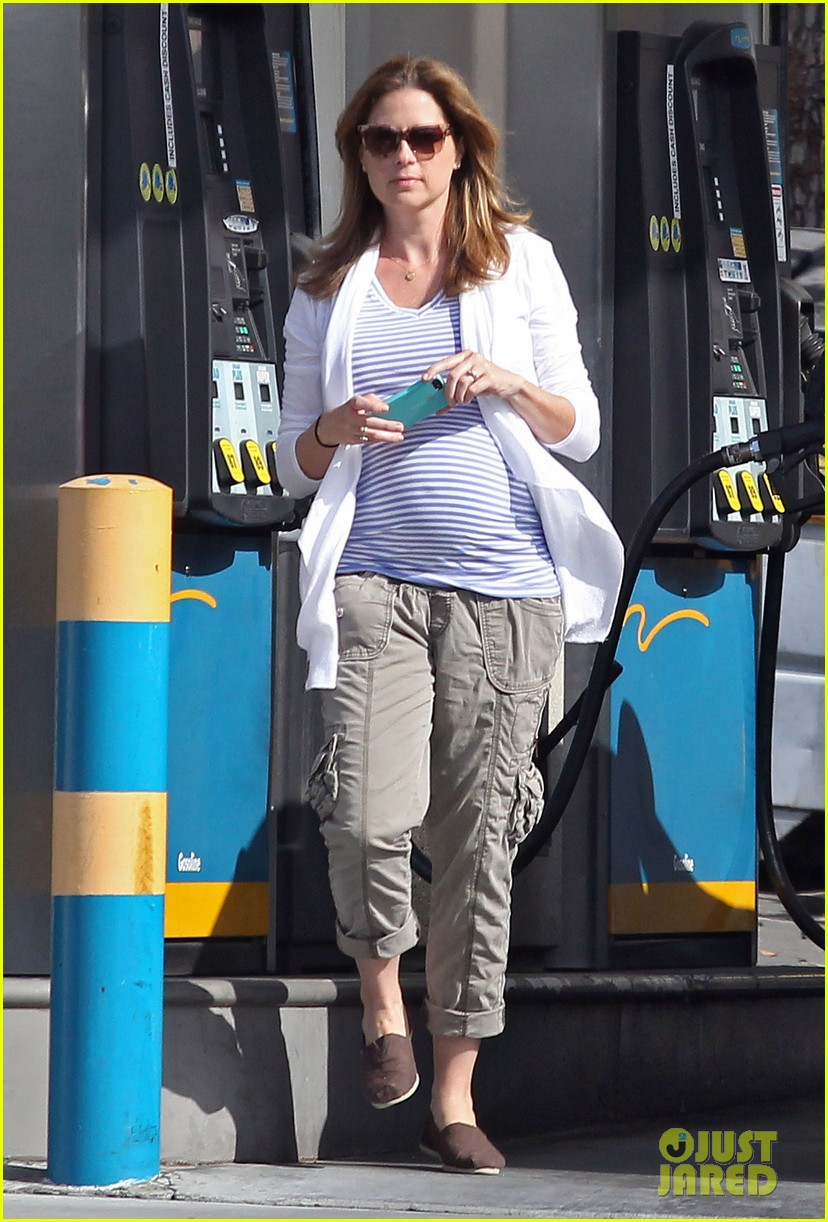 jenna fischer shows off her large baby bump at the gas station 053074717