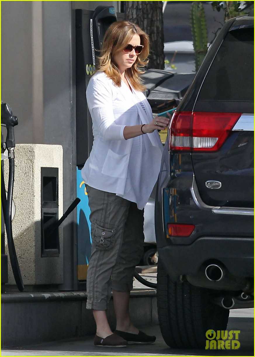 jenna fischer shows off her large baby bump at the gas station 063074718