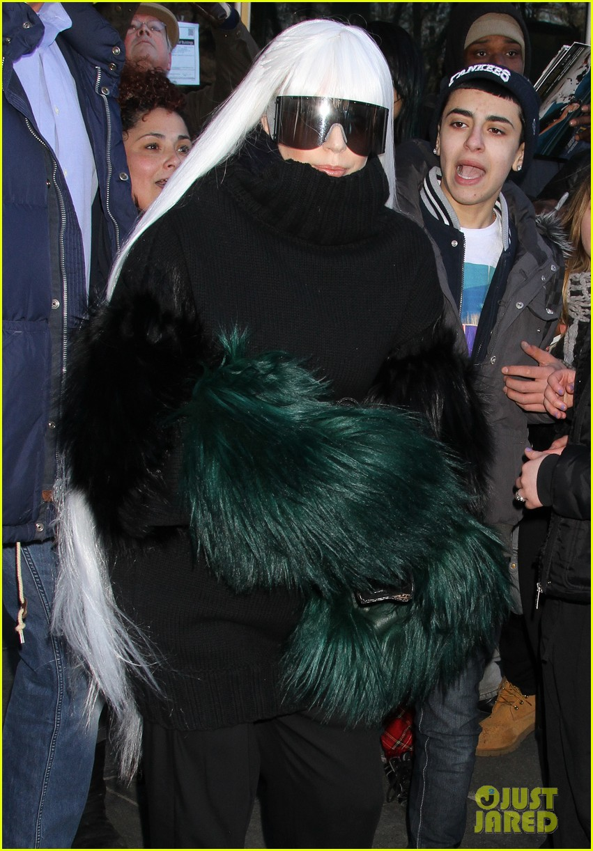 lady gaga vaccuums her sinuses away 23