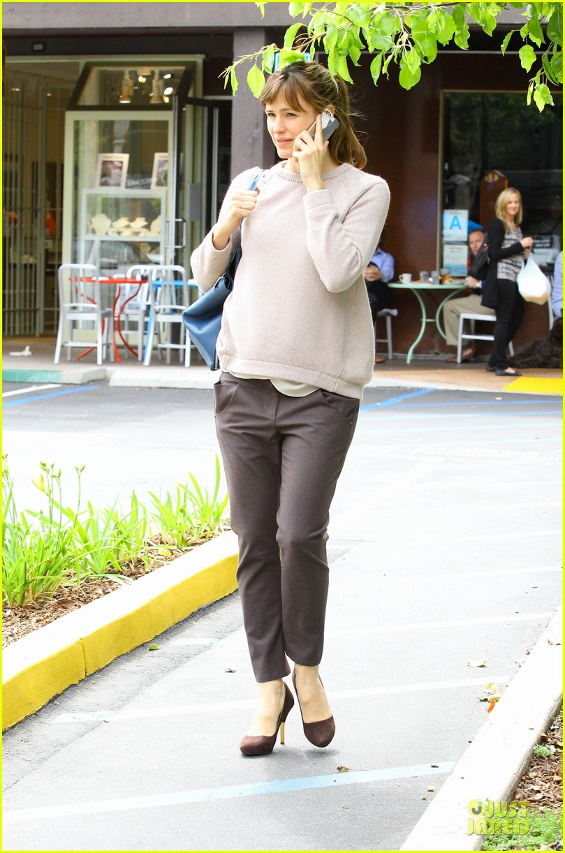 jennifer garner adds blue to errand run 033078554
