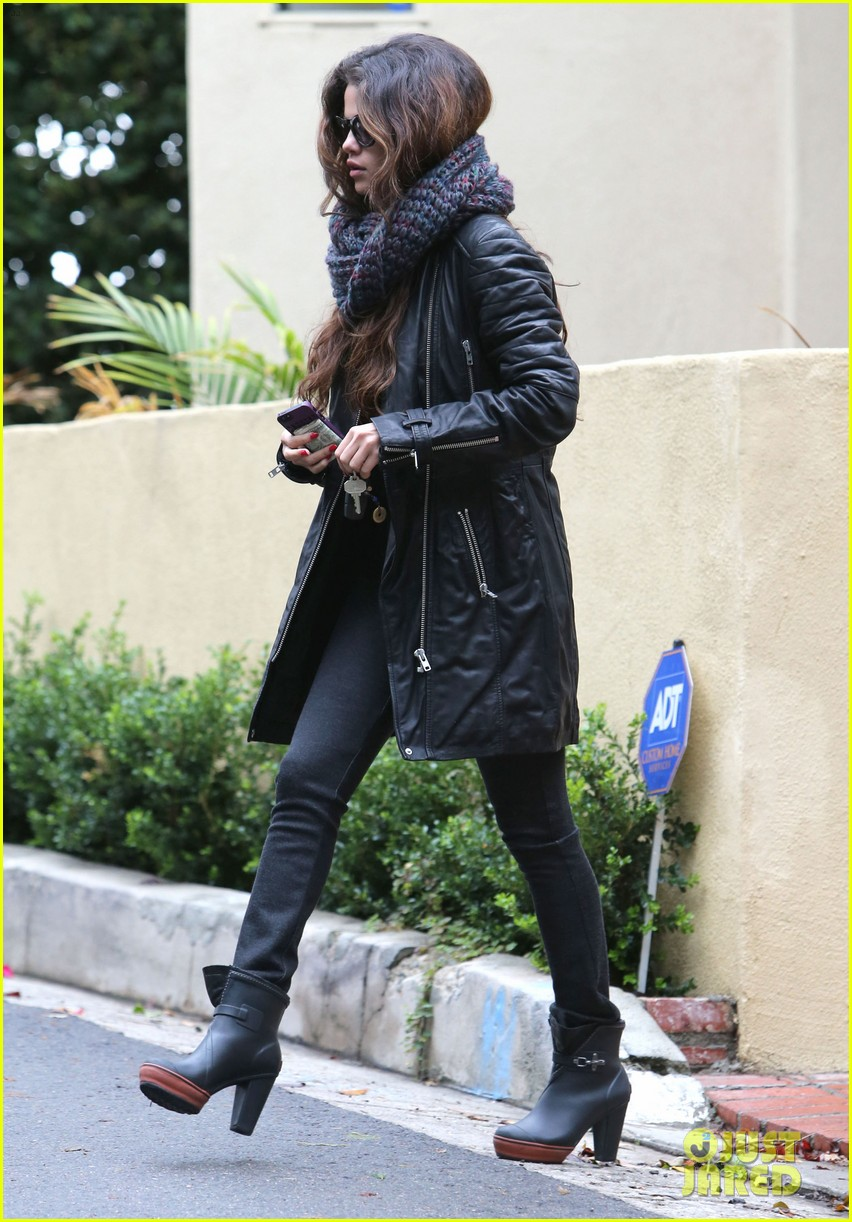 selena gomez bundles up on a rare rainy day in los angeles 033063236