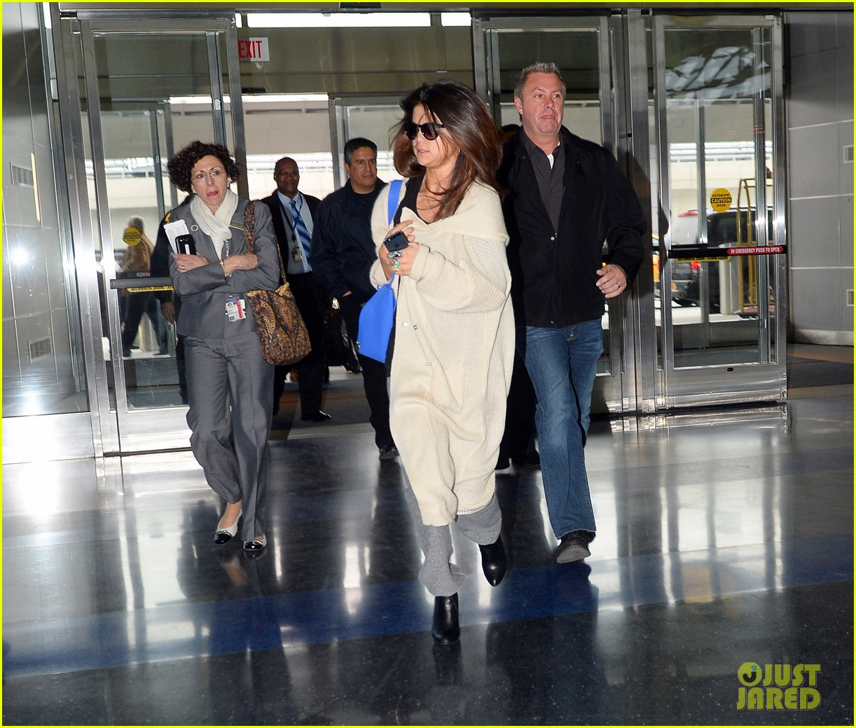 selena gomez leaves new york after lovely trip 01