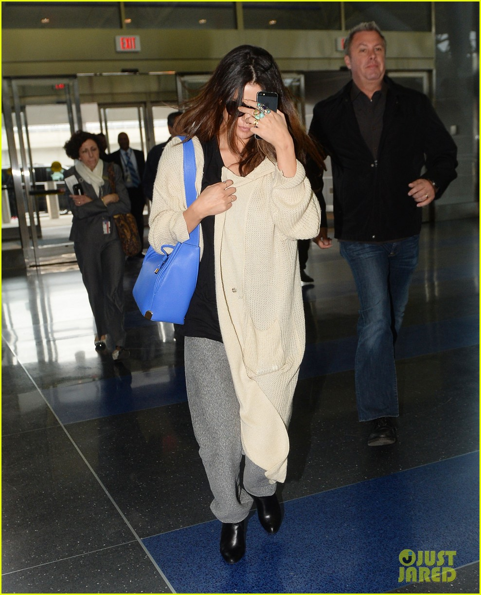 selena gomez leaves new york after lovely trip 053070579