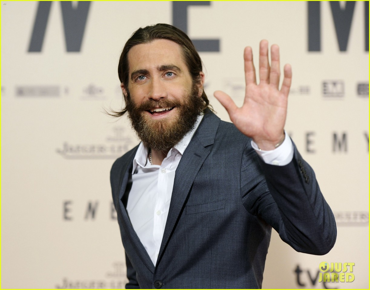 jake gyllenhaal suits up for enemy premiere in madrid 04