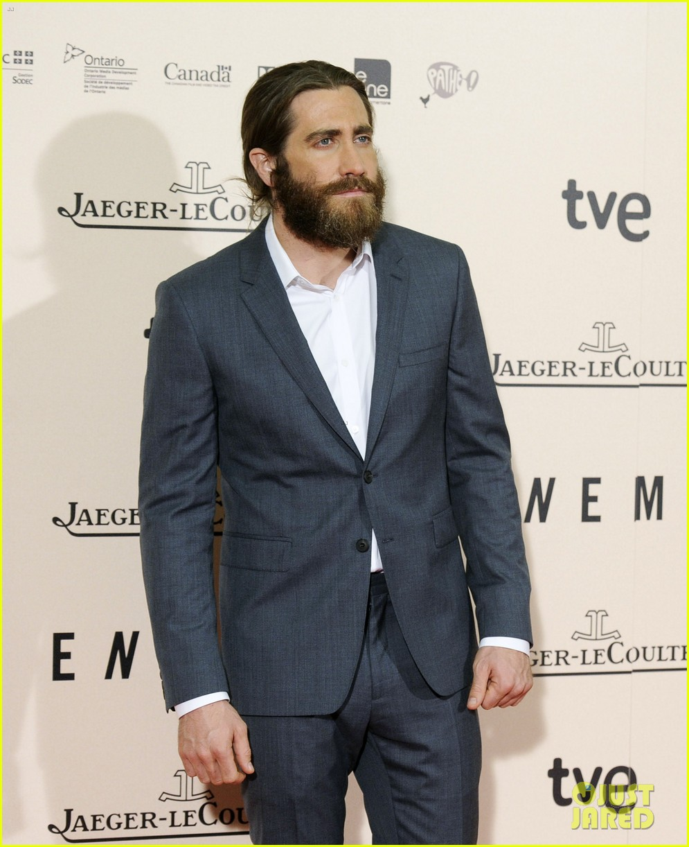jake gyllenhaal suits up for enemy premiere in madrid 053075567