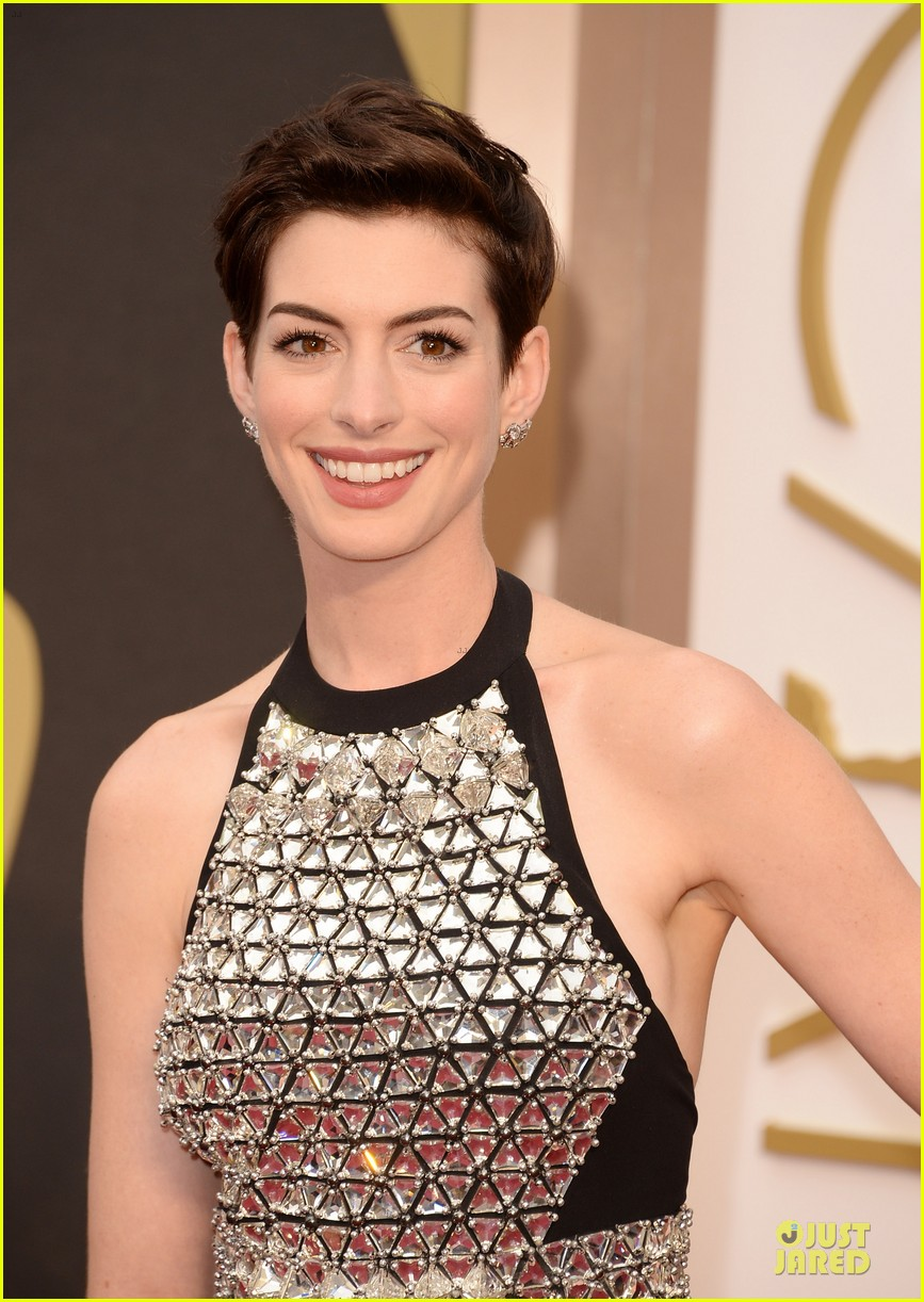 anne hathaway flashy entrance on oscars 2014 red carpet 02