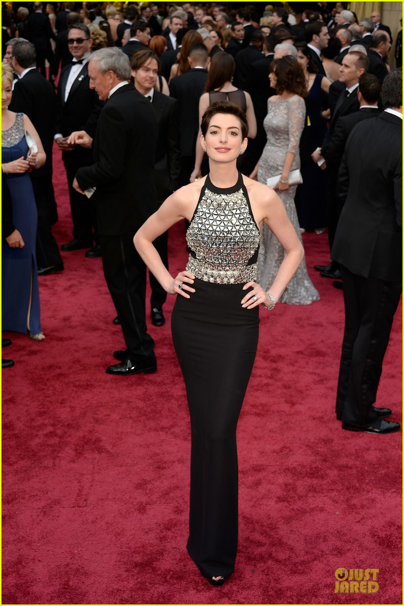 anne hathaway flashy entrance on oscars 2014 red carpet 03