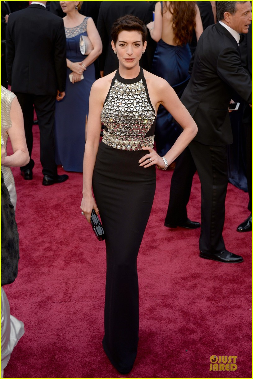 anne hathaway flashy entrance on oscars 2014 red carpet 05