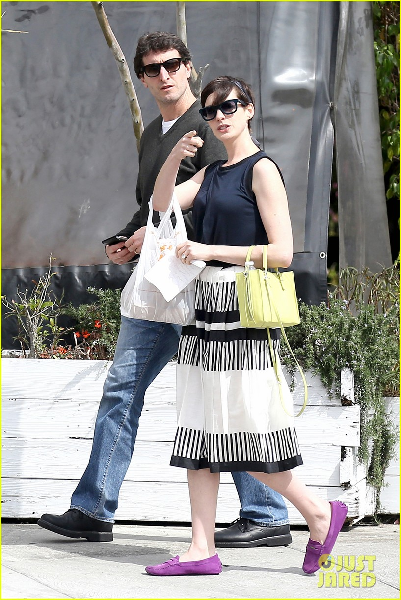 anne hathaway is black white chic for lunch with a pal 01