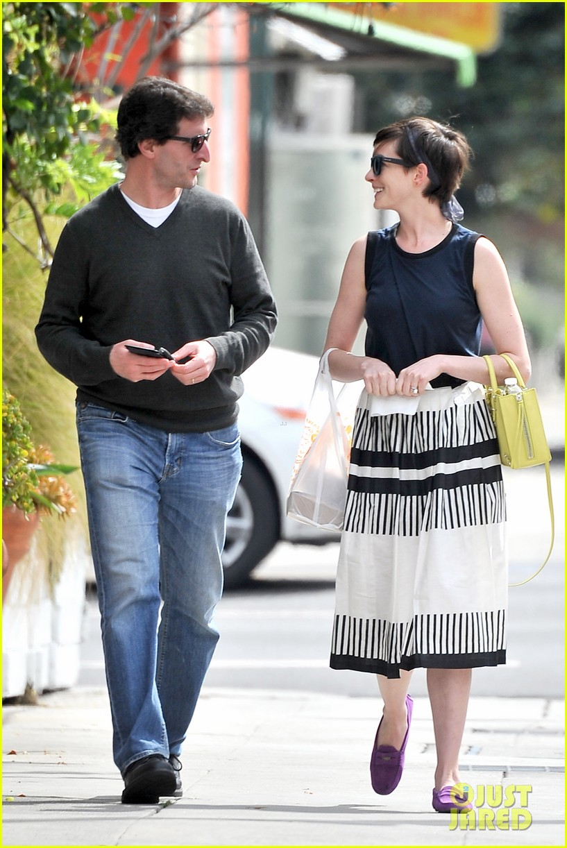 anne hathaway is black white chic for lunch with a pal 05