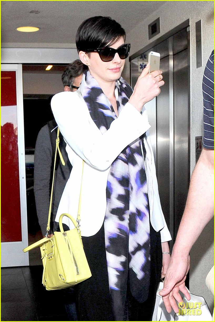 anne hathaway records at lax airport 07