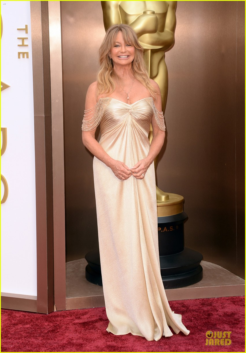 presenter goldie hawn golden goddess on oscars 2014 red carpet with kurt russell 013064059