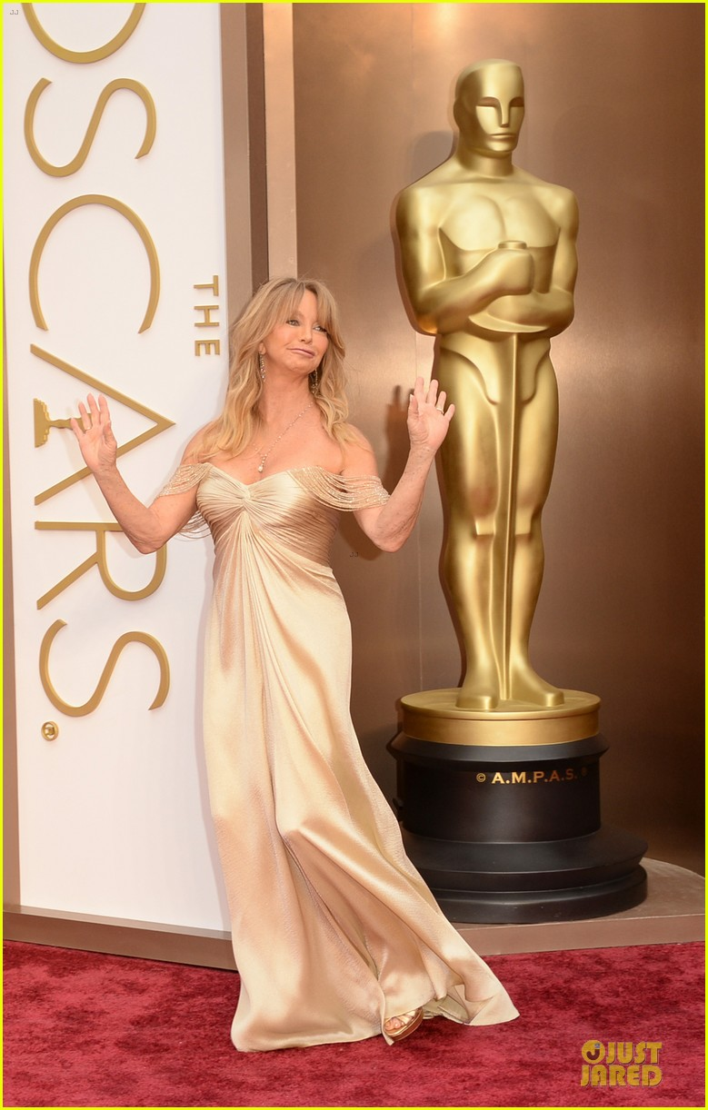 presenter goldie hawn golden goddess on oscars 2014 red carpet with kurt russell 033064061