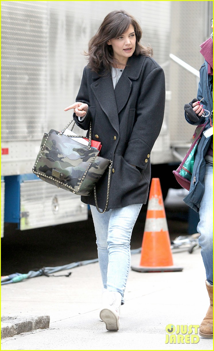 katie holmes prepares for her return to television on set 083079858