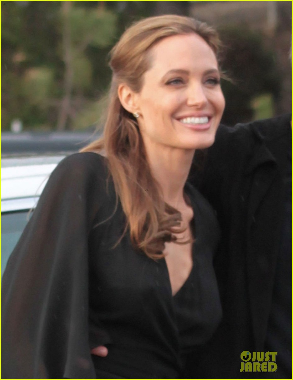 angelina jolie trips on her dress after the spirit awards 2014 02