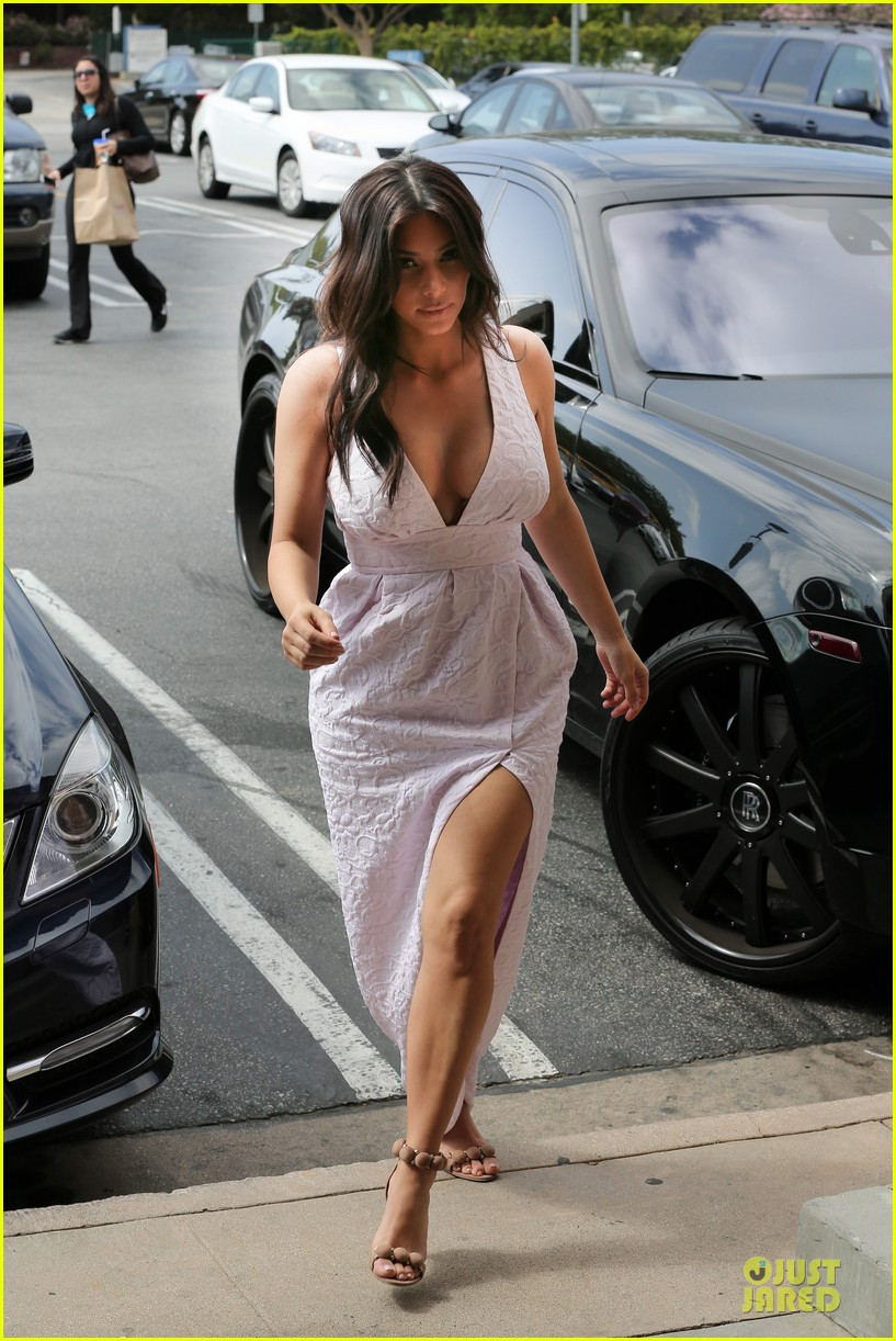 kim kardashian cameras flashing with legs 15