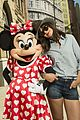 katie holmes poses minnie mouse walt disney world 04
