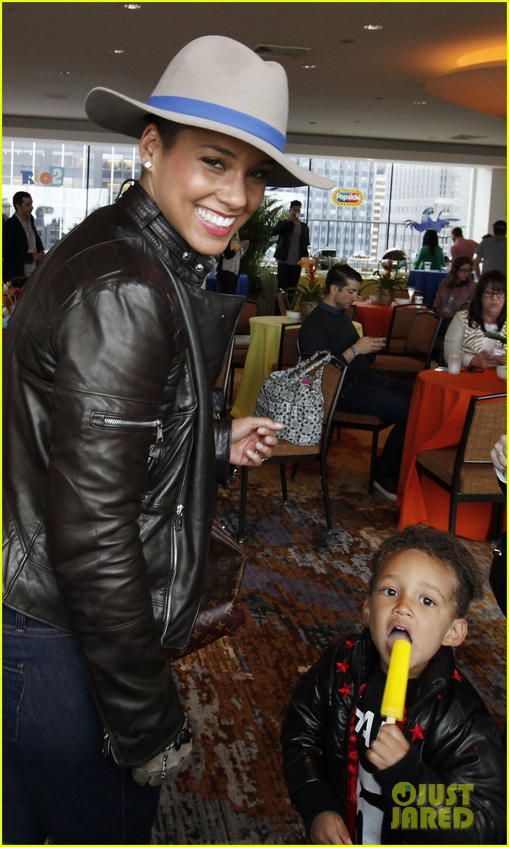 alicia keys son egypt matching jackets 01