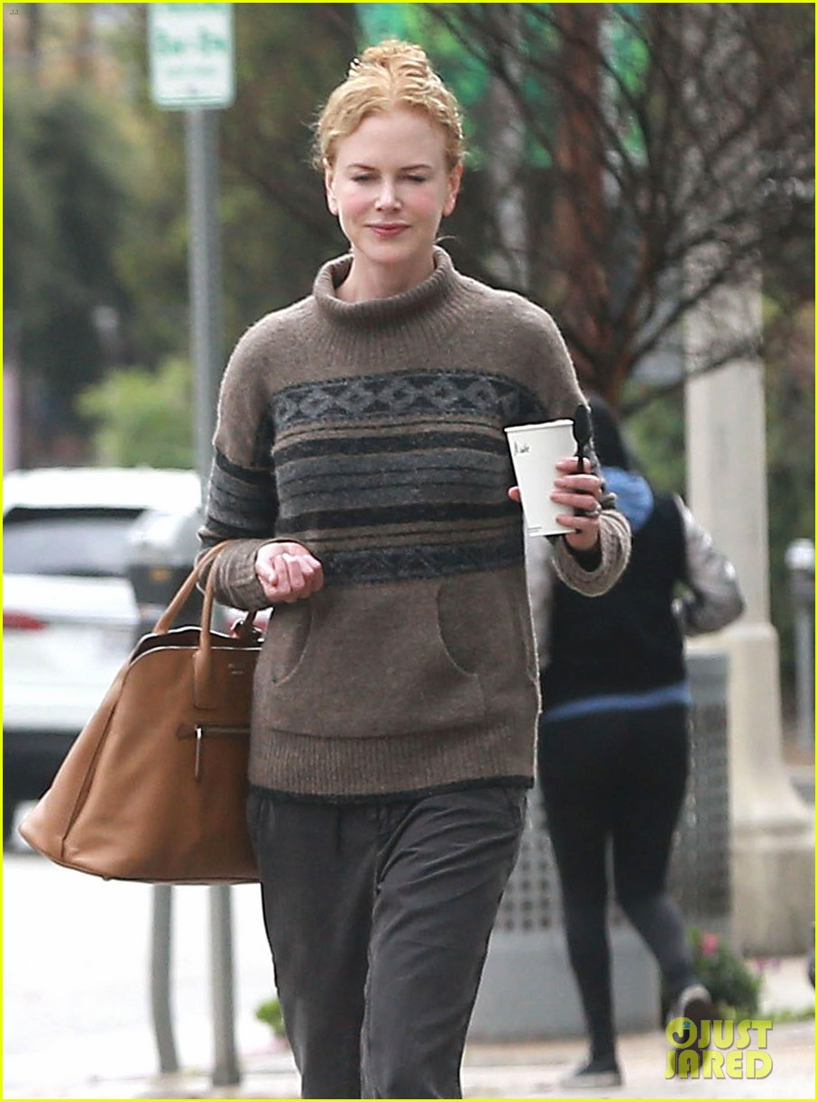 nicole kidman runs errands town before the oscars 04