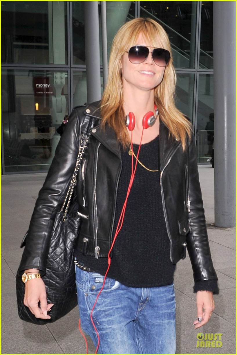 heidi klum stands out with red headphones 14