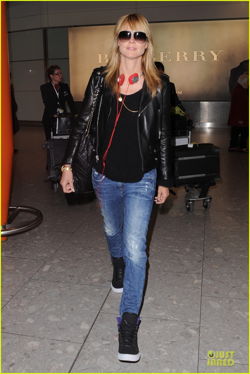 heidi klum stands out with red headphones 153070050