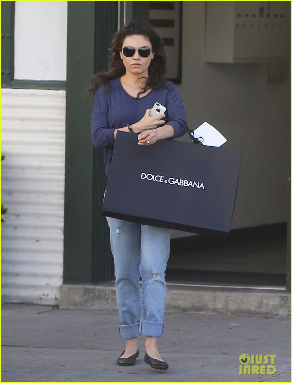mila kunis steps out after pregnancy news 06