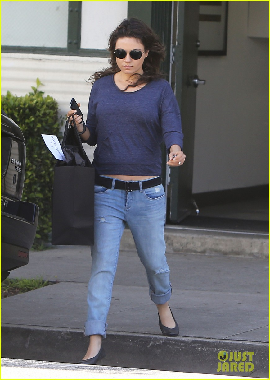 mila kunis steps out after pregnancy news 11