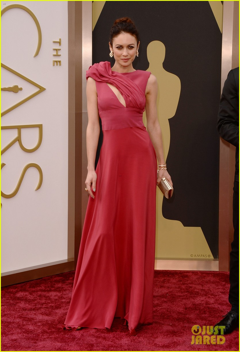 olga kurylenko wears eco fashion on oscars 2014 red carpet 02