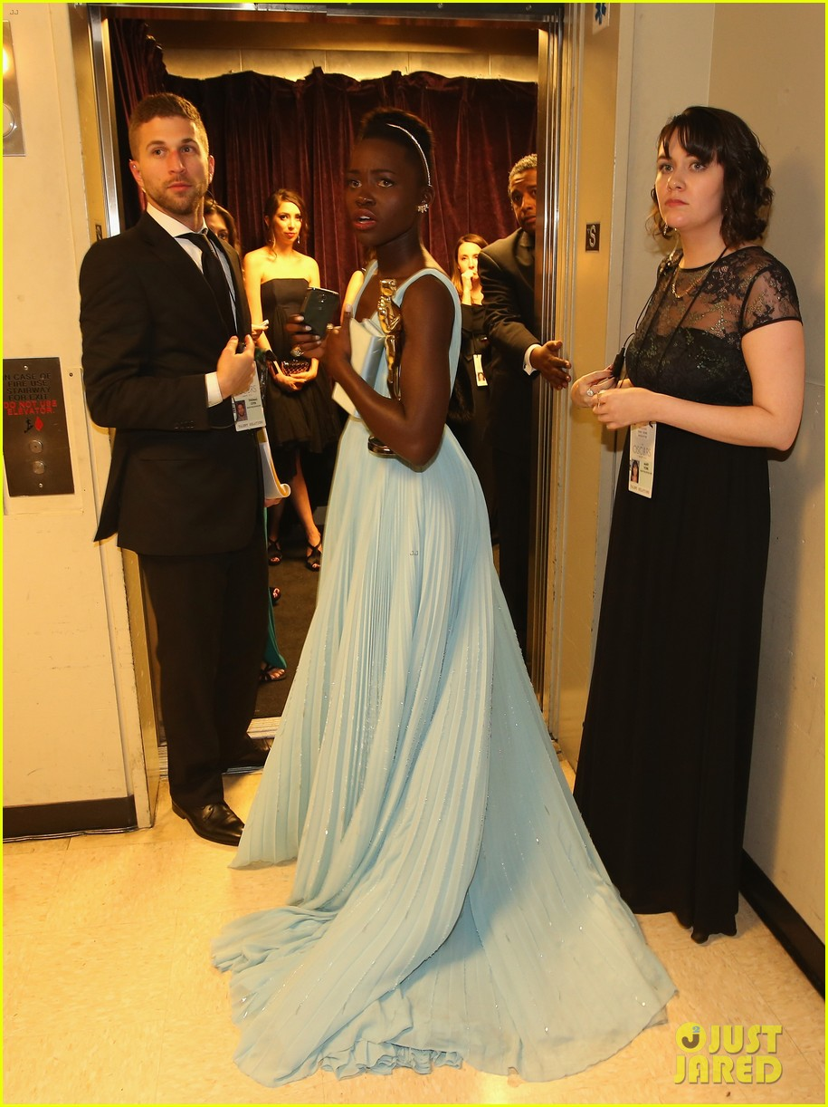 jennifer lawrence tries to steal lupita nyongos oscar backstage see the funny photo 103064358