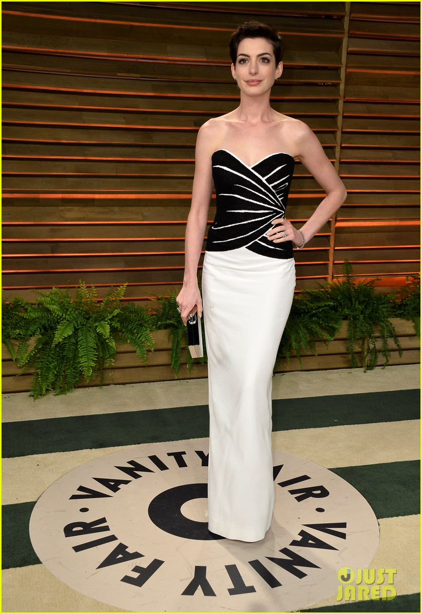 jared leto photobombs anne hathaway at vanity fair oscars party 2014 053064527