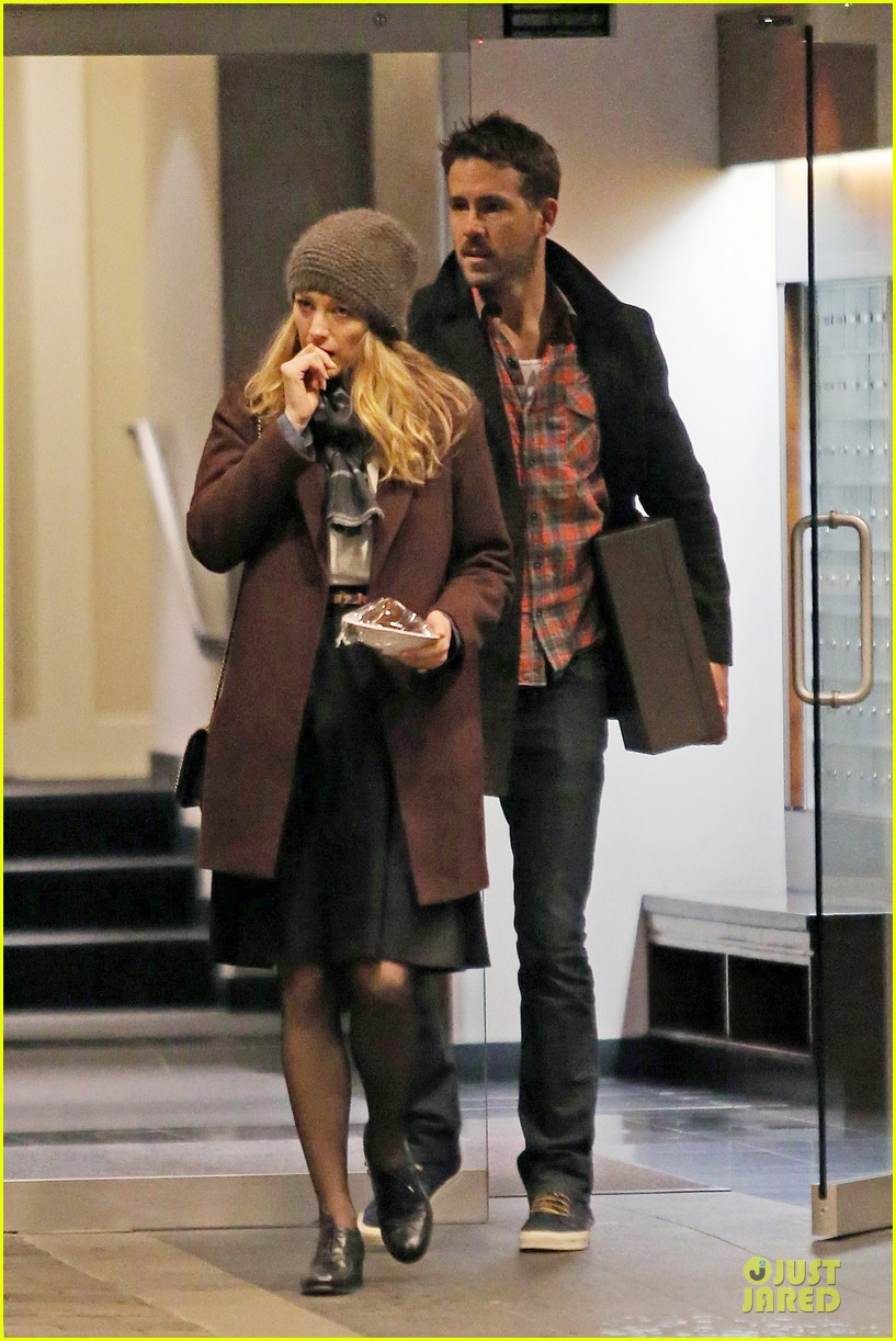 blake lively ryan reynolds drop by moms home 05