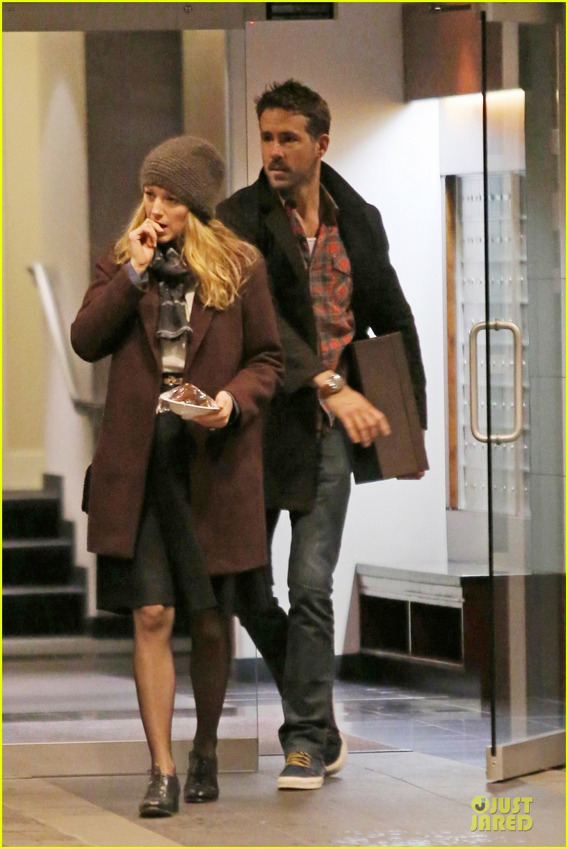 blake lively ryan reynolds drop by moms home 06